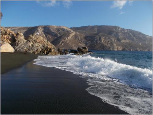 Pláž s černým pískem kousek od apartmánu